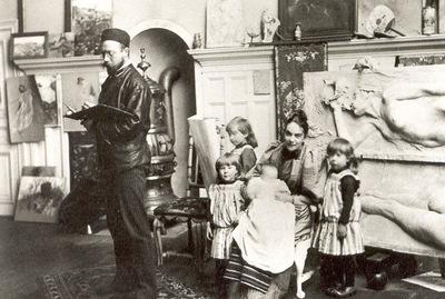 ls Larsson2 03Su familia en el salon